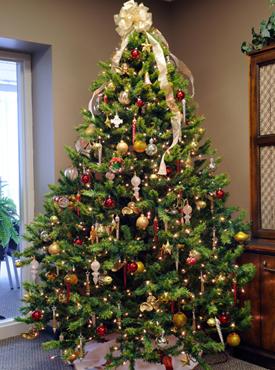елка с красными и желтыми шарами фото